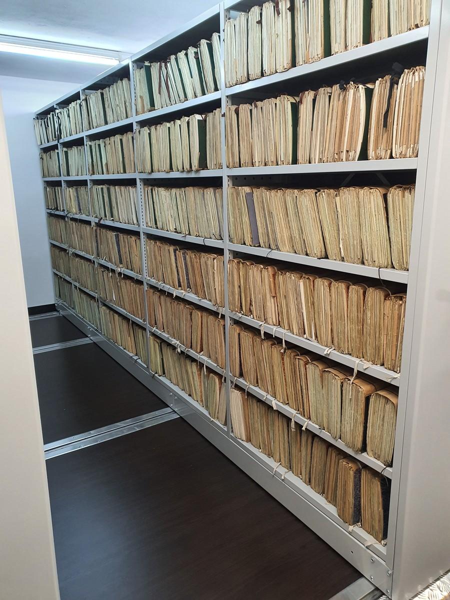 Składowanie poziome dokumentacji na regalach archiwalnych